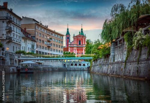 Spoed Foto op Canvas Centraal Europa Bridge and Ljubljanica river in the city center. Ljubljana, capital of Slovenia.
