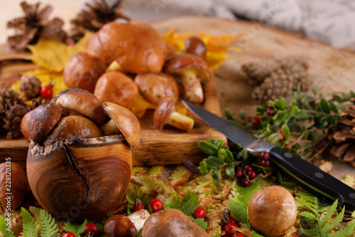Fotografía  Still life of mushrooms and forest flowers on wooden background .