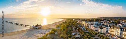 Widok z plaży Ahlbeck z molo i promenady