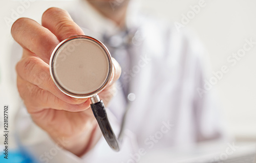 Fotografía  Doctor holding stethoscope in close-up