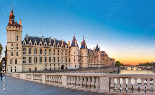 Keuken foto achterwand Historisch geb. Beautiful panoramic view of Seine and Conciergerie at sunrise in Paris, France