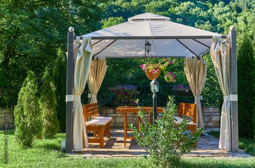 Stampa su Tela Pergola at a beautiful green garden