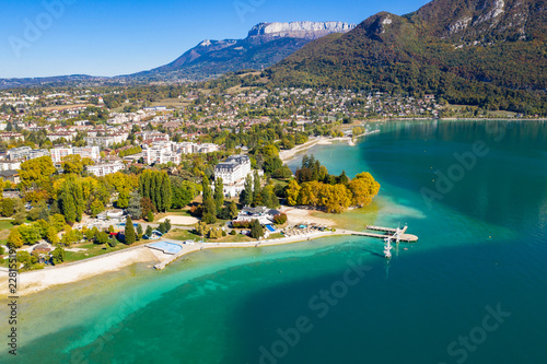 Photo Aerial view of Annecy lake waterfront low tide level due to the drought in Franc