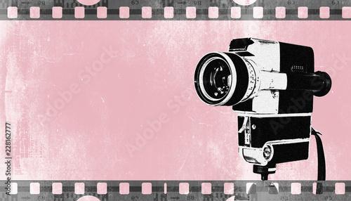 Vintage Kamera auf Stativ, Hintergrund mit Filmstreifen in retro Pastellfarben, rosa