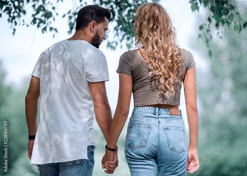 Photo  Couple in love walking in park holding hands