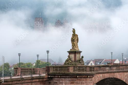 Foto op Canvas Europa Das Heidelberger Schloss im Nebel