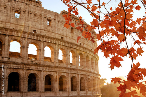 Photo Colosseum at morning autumn sunlight in Rome Italy.