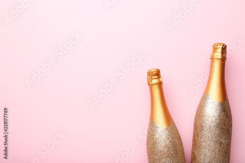 Fotografía  Decorated champagne bottles on pink background