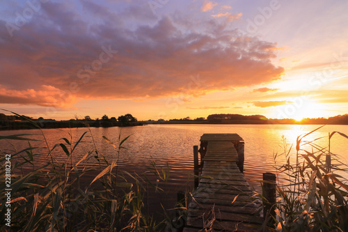 Fotomural scenic sunset on the lake