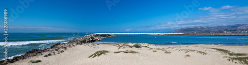 Spoed Foto op Canvas Verenigde Staten Ventura beach and sea wall jetty on the California coastline United States