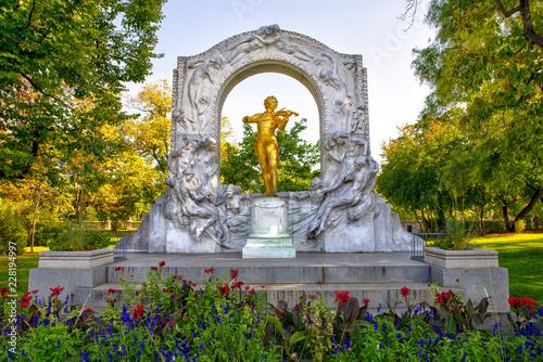 Johann-Strauss-Denkmal im Wiener Stadtpark bei herbstlichem Wetter