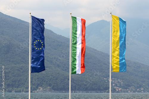 Valokuva  The flags of  the European Union (EU), Italy and italian town Luino streaming in