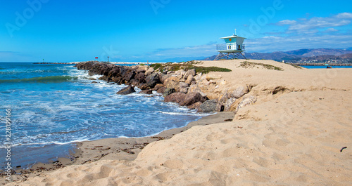 Spoed Foto op Canvas Verenigde Staten Lifeguard tower and rock jetty seawall in Ventura California United States