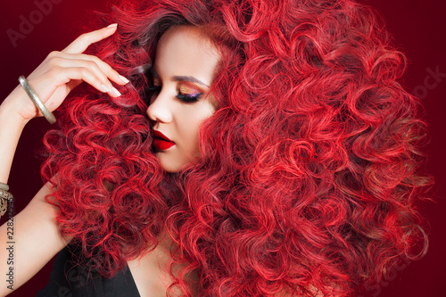 Photo Beautiful young woman with red hair. Bright make-up and hairstyle