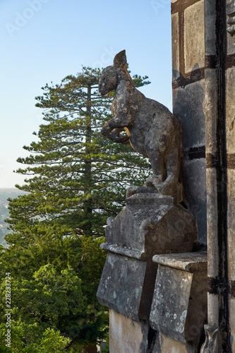 In de dag Historisch mon. The stone statue of kangaroo on the wall of Quinta da Regaleira palace. Sintra. Portugal