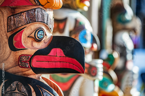 In de dag Centraal-Amerika Landen Alaska totem pole carving art sculture store in tourist travel attraction town on Alaska cruise. Ketchikan, Juneau, Skagway stores and shops selling native paintings and art.