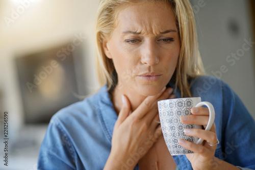 Fotomural 40-year-old woman having sore throat
