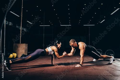 sportowiec-i-sportsmenka-razem-robia-pompki-i