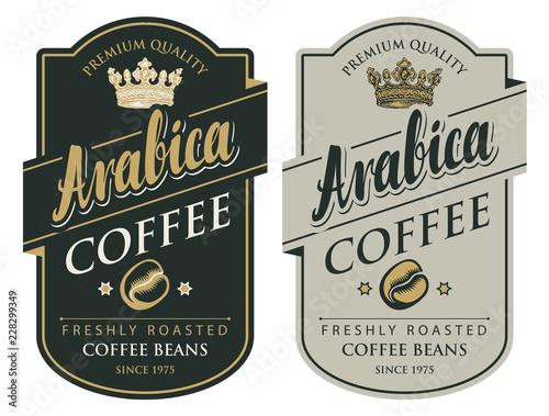 Zestaw dwóch etykiet wektorowych do świeżo palonych ziaren kawy z koroną w wymyślnej ramce w stylu retro z napisem Arabica
