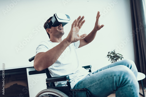 Foto  Disabled Man with Hands Up Wearing VR Goggles