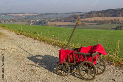 Fotografía A handcart with a red blanket.