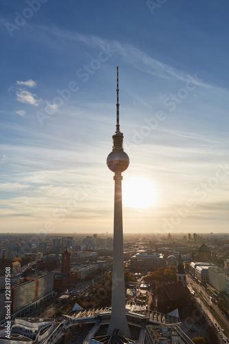 In de dag Berlijn Fernsehturm in Berlin abends im Gegenlicht