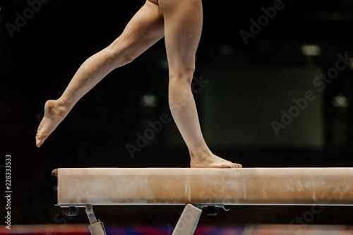 Poster de jardin Gymnastique legs of female gymnast on balance beam competition gymnastics