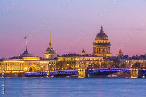 Photo Saint Isaac cathedral and Admiralty building and Neva river at twilight Saint Petersburg, Russia