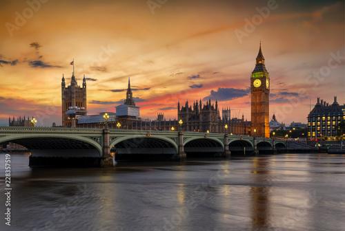 Blick auf die Westminster Brücke und den Big Ben Turm an der Themse in London bei Sonnenuntergang