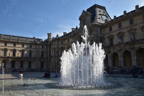 Fototapeta Fontaine cour Napoléon au Louvre à Paris, France obraz