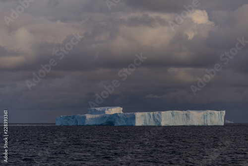 In de dag Antarctica Antarctic seascape tabular with iceberg