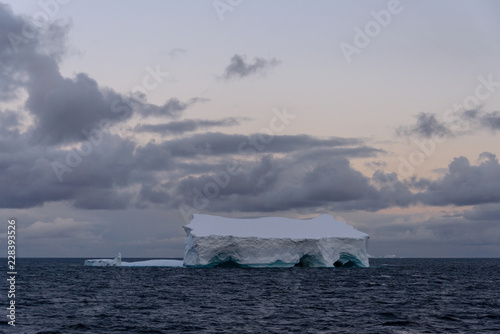 Poster Antarctique Antarctic seascape tabular with iceberg