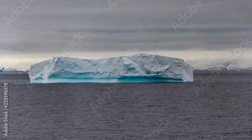 Spoed Foto op Canvas Antarctica Iceberg in Antarctic sea