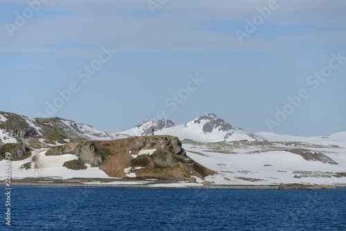 Poster Antarctique Antarctic beach with snow and navigational mark