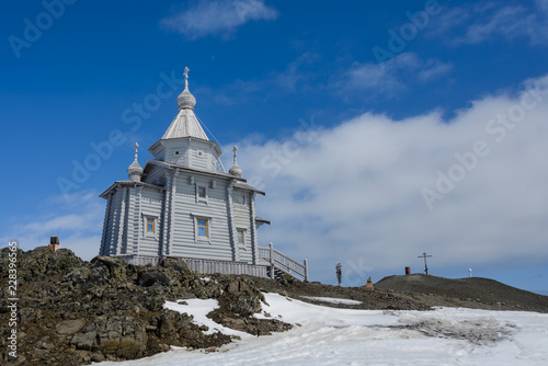 Crédence de cuisine en verre imprimé Antarctique Wooden church in Antarctica on Bellingshausen Russian Antarctic research station and helicopter