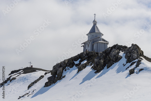 In de dag Antarctica Wooden church in Antarctica on Bellingshausen Russian Antarctic research station and helicopter