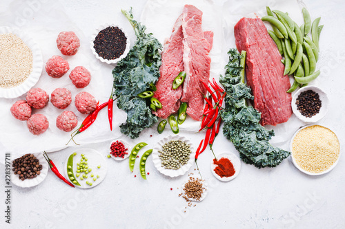 Fotografía  Variety raw beef cuts, meatbals and vegetables on table copy space overhead of c