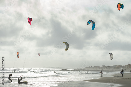 Fotografia, Obraz  des kitesurf sur une plage en contre jour
