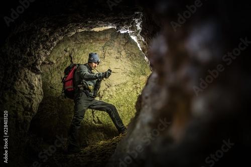 Fotomural  Deep Cave Exploration by Men