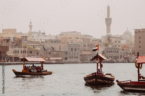Fototapeta premium Wycieczkowe łodzie turystyczne po zatoce Dubai Creek w pobliżu starego miasta w dzielnicy Al Fahidi