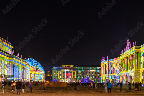 Fotografía  Night atmosphere of people enjoy event Festival of Lights, Berlin Leuchtet, the projection mapping lighting art on opera, Cathedral buildings around Bebelplatz