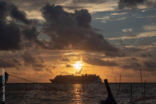 Fototapeta Un crucero al amanecer en el Caribe mexicano, Mahahual