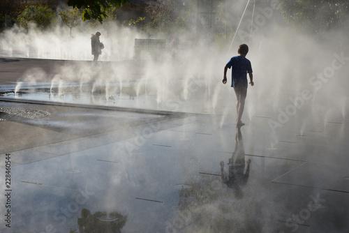 Foto auf Leinwand Fontane Ombre et lumière à la fontaine à brume