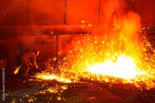 Fotografia iron works blast furnace taphole spewing molten iron
