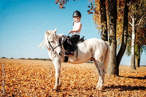 Fotografie, Obraz  kleines mädchen reitet auf pony