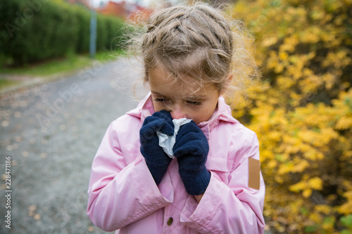 Fotografia, Obraz Sick little girl with cold and flu standing outdoors