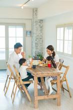 家族4人で囲う食卓