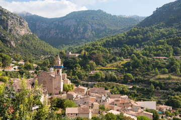 Fototapeta na wymiar Small village Valldemossa situated in picturesque Tramuntana mountains, Mallorca island, Spain