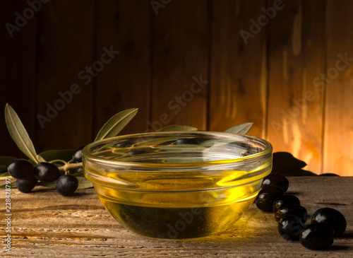 In de dag Aromatische bowl with olive oil on the wooden table