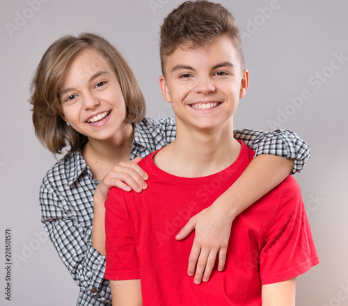 Tableau sur Toile Teen boy hugging  girl's